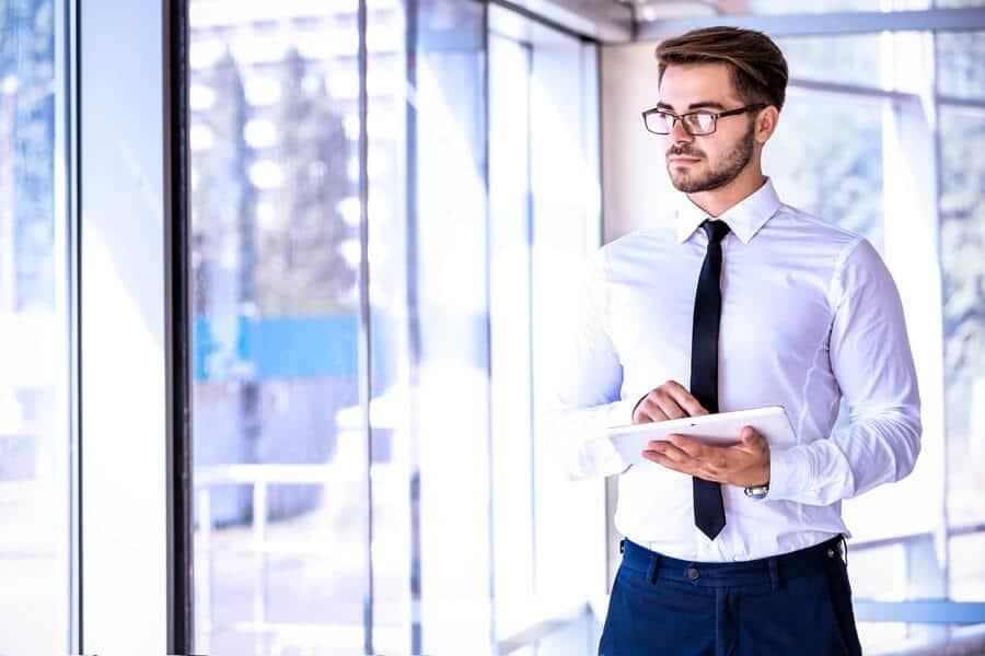 Ein Geschäftsmann der die Datenschutzerklärung an einem Tablet aufruft