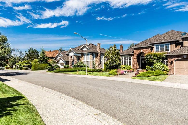 Schöne Einfamilienhäuser an einem Straßenrand
