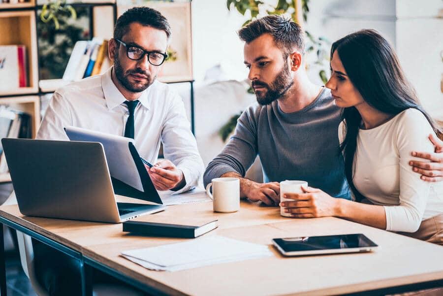 Tipps für Vermieter – Personen die einen Mietvertrag besprechen