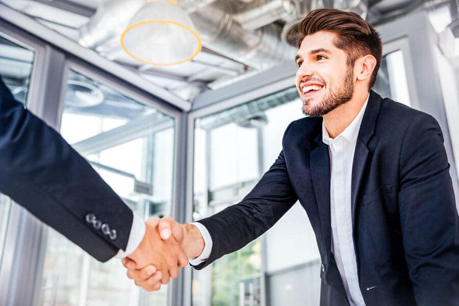 Geschäftsmänner die einen Vertrag per Handschlag eingehen
