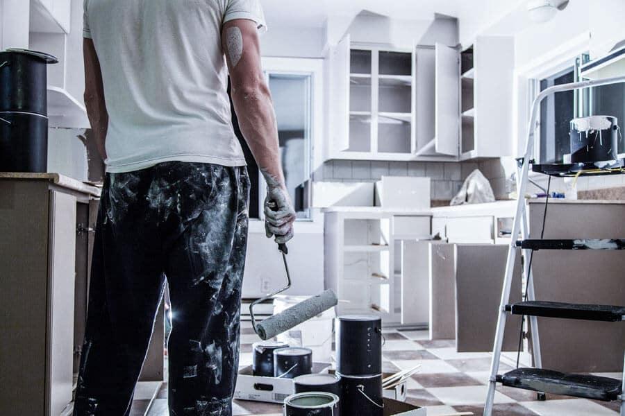 Ein Mann, der dabei ist, eine Wohnung zu renovieren – Renovierung bei Auszug