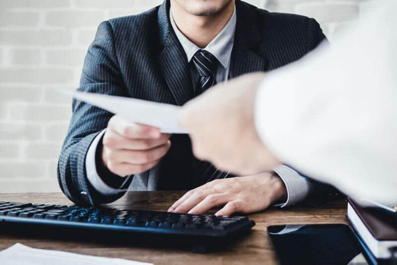 Ein Geschäftsmann, der einen Antrag entgegennimmt