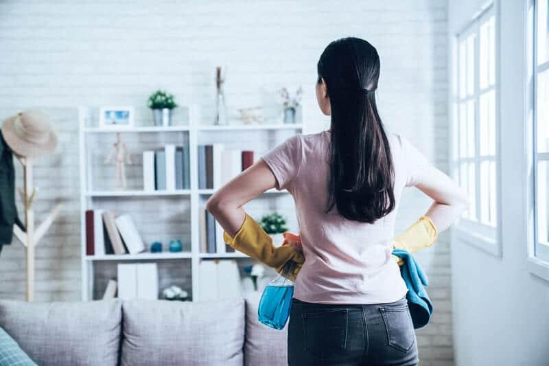Eine Frau die mit der Entrümpelung einer Wohnung beschäftigt ist.