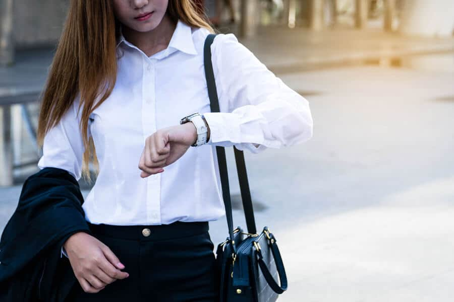 Eine Frau im Businessoutfit