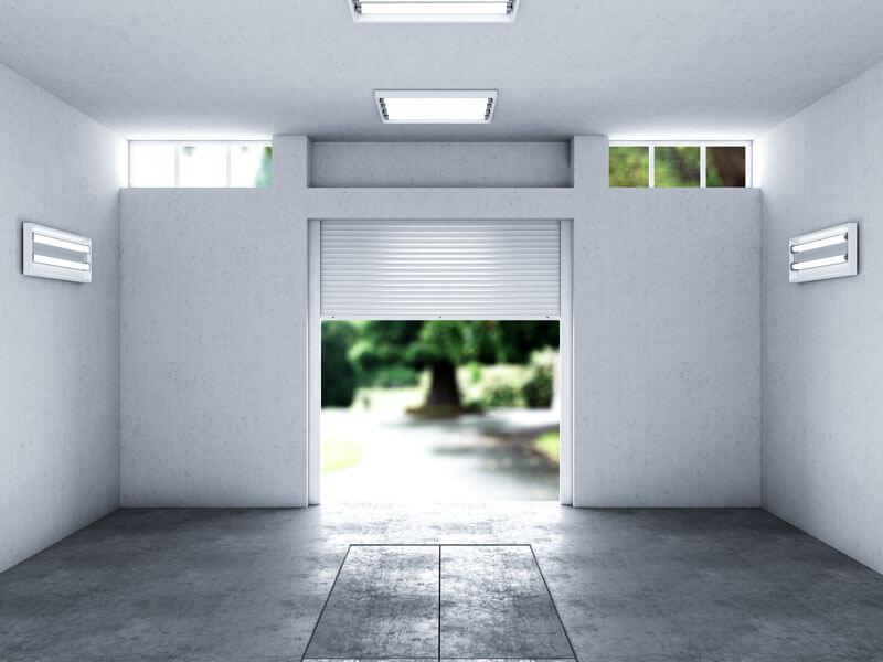 Ansicht einer leeren, entrümpelten Garage.