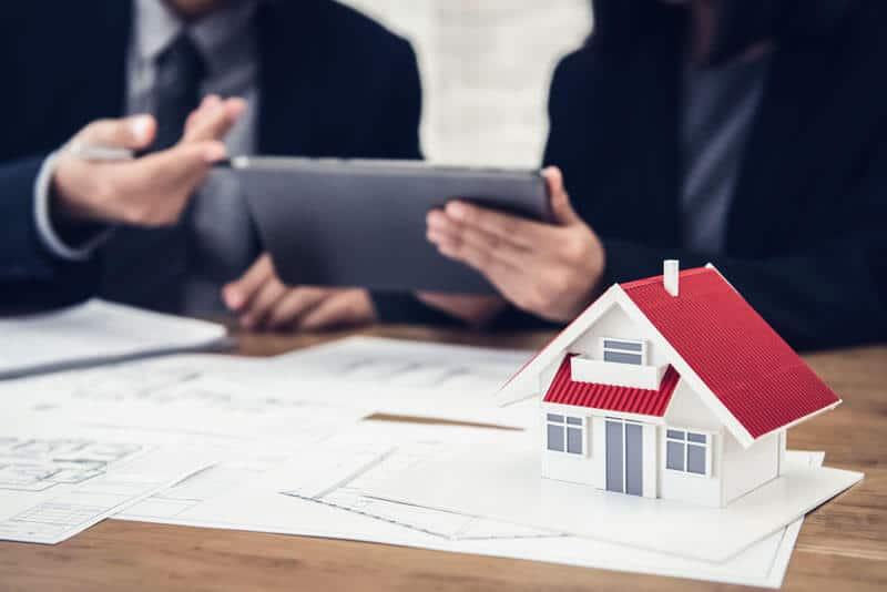Zwei Geschäftsleute, die ein Gutachten für eine Immobilie erstellen