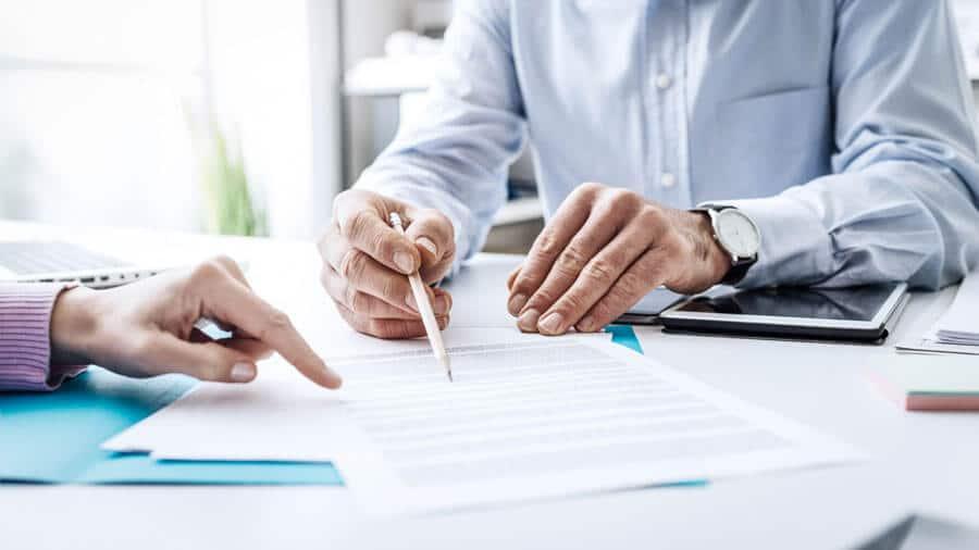 Zwei Personen die einen Immobilienvertrag durchgehen