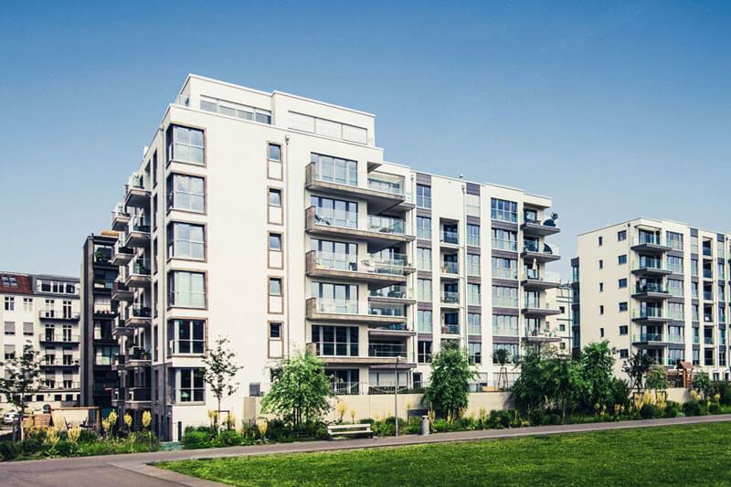 Ein großer Wohnblock, bei dem man ein Mehrfamilienhaus kaufen kann.