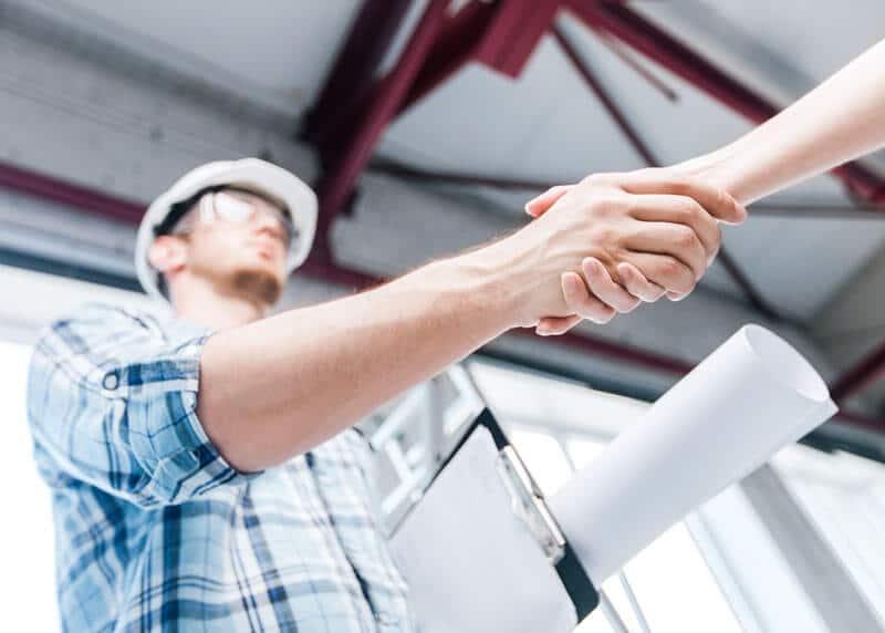 Architektur- und Wohnungsrenovierungskonzept - Baumeister mit Hand vom Bauherrn