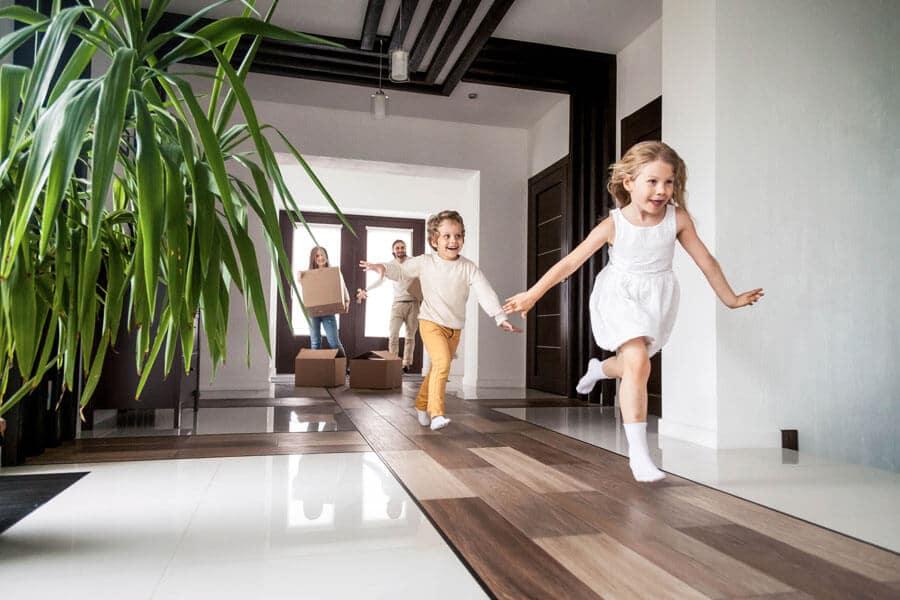 Wohnung vermieten, wer ist der richtige Mieter? Hier laufen Kinder lachend in ein neues Haus.