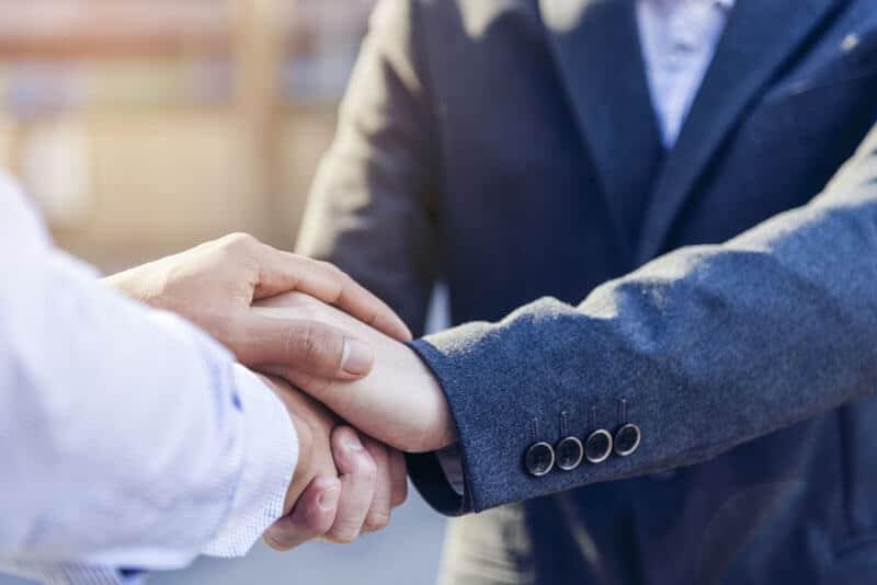Zwei Partnermakler, die sich die Hände geben