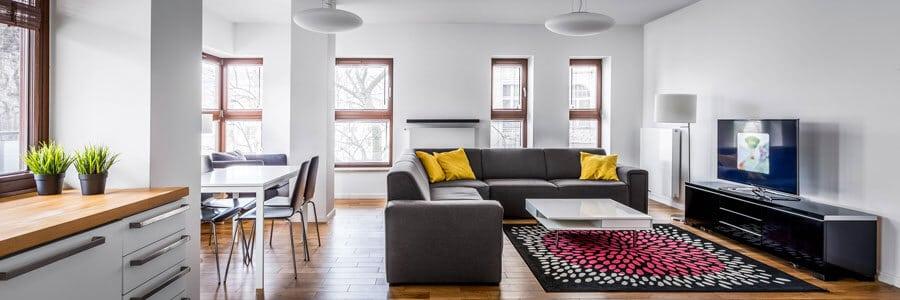 Eine eingerichtete Wohnung von innen