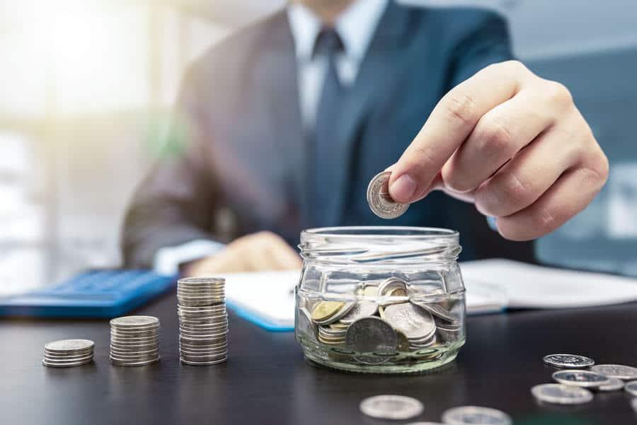 Was kostet ein Immobilienmakler? Ein Mann der Geld zählt.