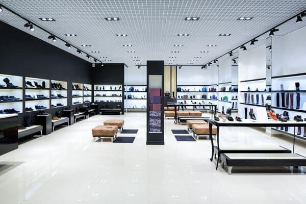 Ein modern eingerichtetes Schuhgeschäft