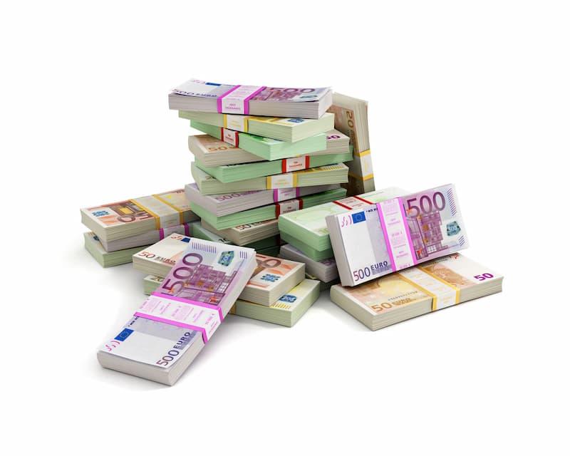 Ein Haufen von Geldscheinen, ist es genug Eigenkapital für den Hauskauf?
