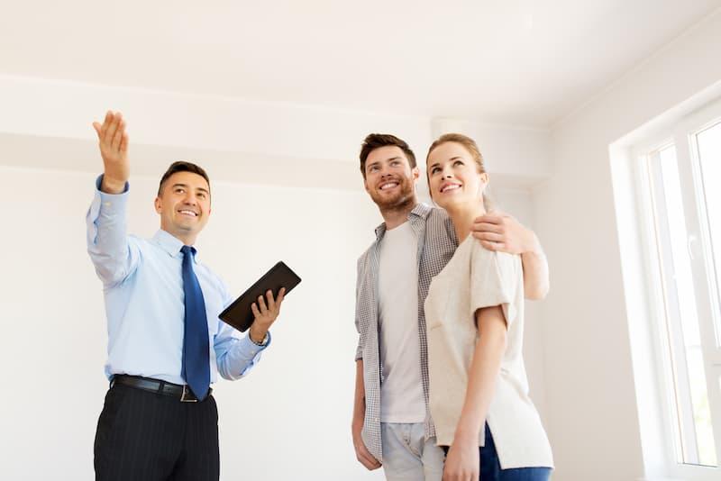 Ein Makler mit einem Ehepaar, wieviel verdient er durch die nun geteilte Maklerprovision?