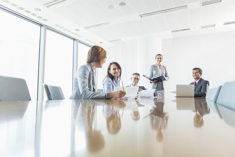 Menschen diskutieren im Konferenzraum bei einer Eigentümerversammlung