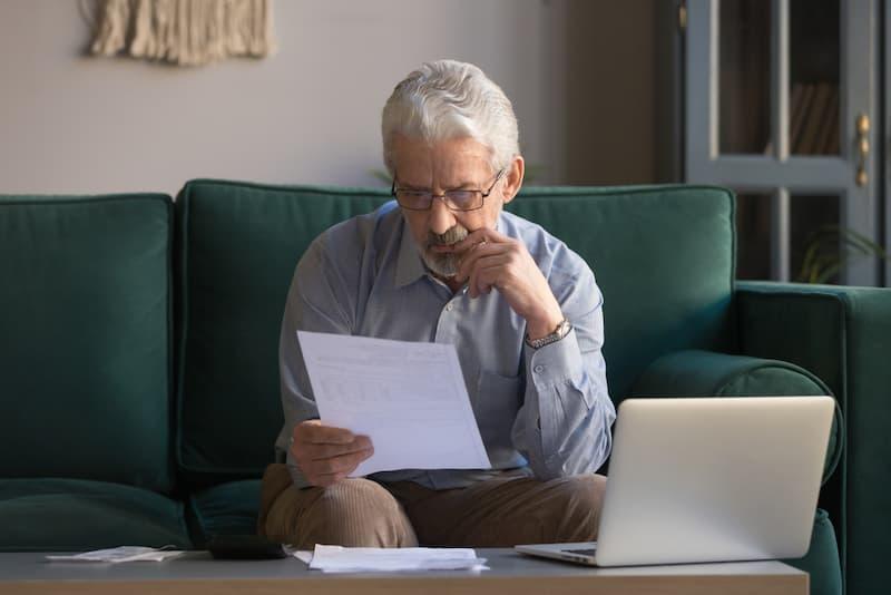 Nicht umlagefähige Nebenkosten: Ein Mieter blickt auf seine Nebenkostenabrechnung