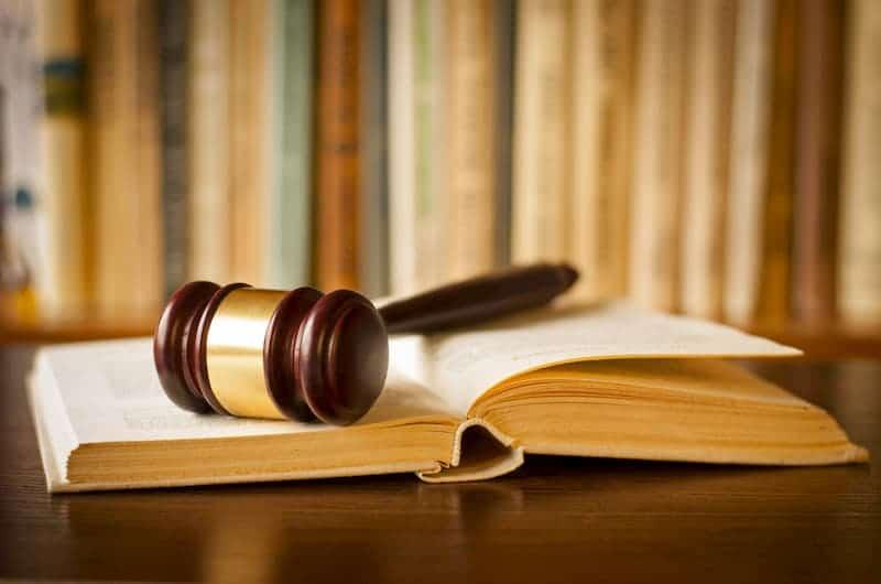 Ein Hammer des Richters und ein Buch, was besagt das Wohnrecht?