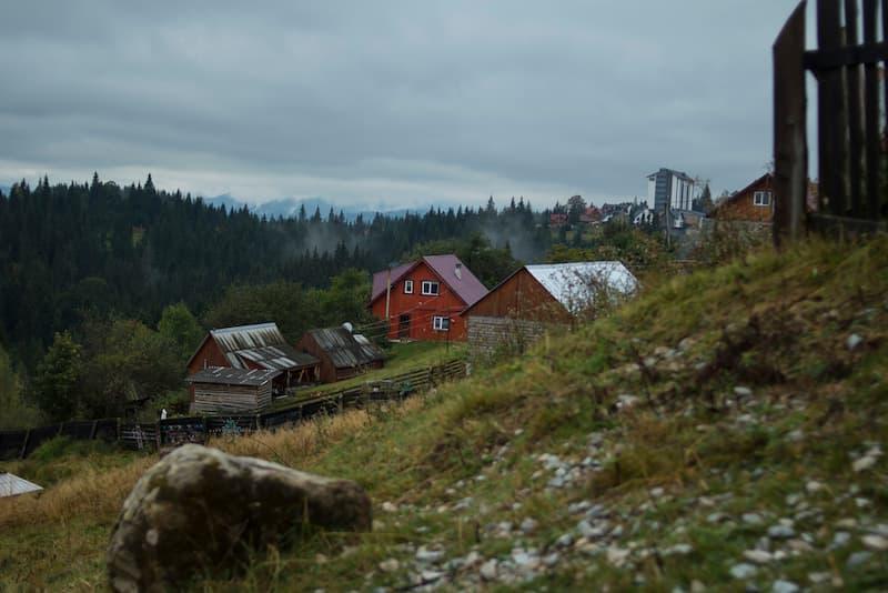 Einige Häuser im Gebirgswald, da sie keinen Anschluss an öffentliche Straßen haben, gilt das Wegerecht