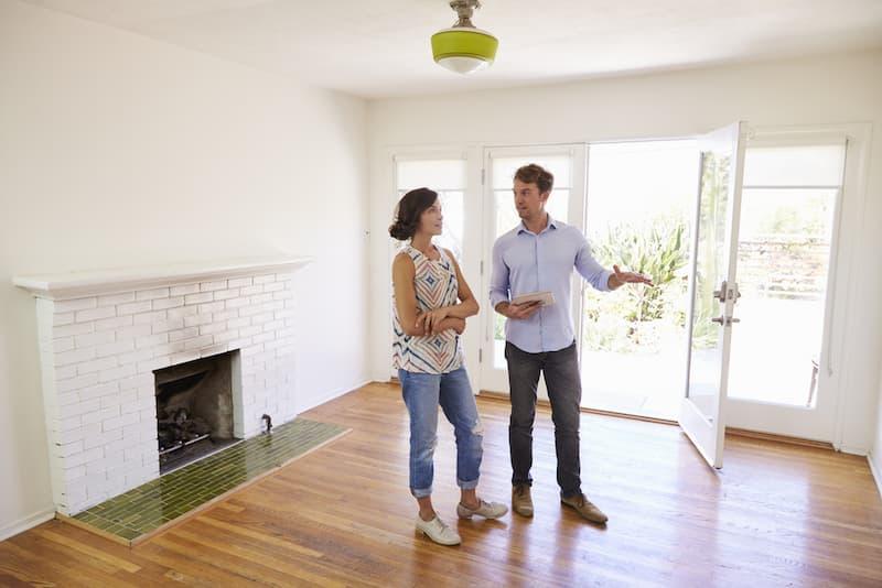 Ein Mann möchte einer Frau sein Haus privat verkaufen