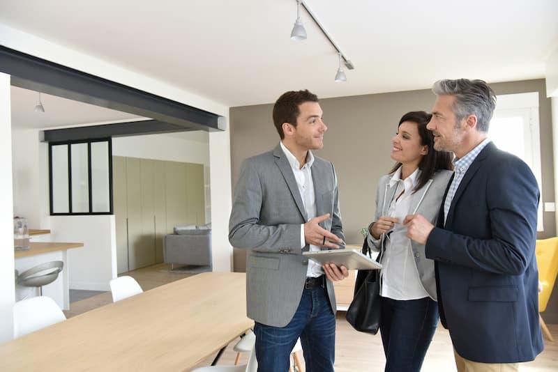 Ein Makler erläutert seinen Kunden: Bei der Maklerprovision gilt das bestellerprinzip