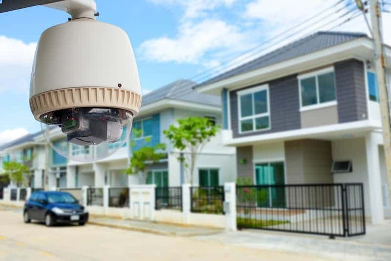 Eine Überwachungskamera an einem Haus als Einbruchschutz der Mietwohnung