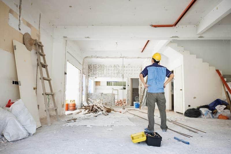 Ein Mann führt eine Eigenleistung im Ausbauhaus aus
