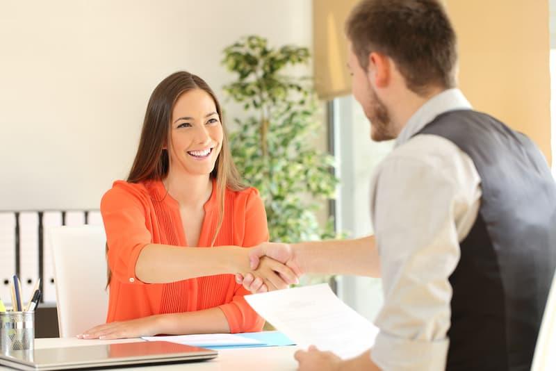 Eine Mieterin und ein Nachmieter beim Abschluss einer Ablösevereinbarung