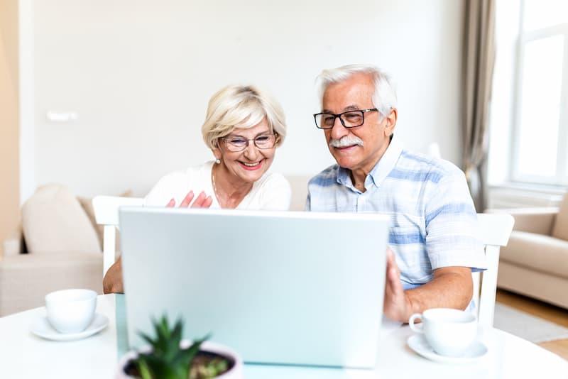 Ein älteres Paar informiert sich über Hypothekendarlehen für Rentner