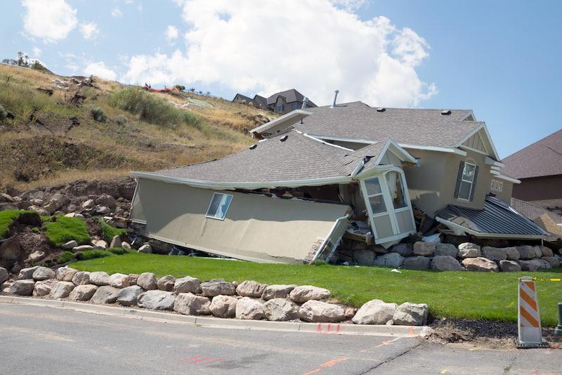 Durch Erdrutsch zerstörtes Haus - hier hilft eine Elementarversicherung