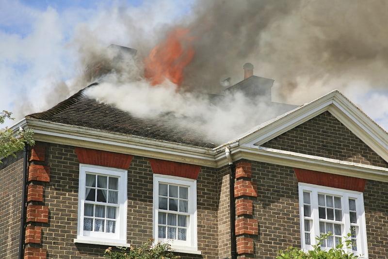 Wohngebäudeversicherung im Falle eines brennenden Hauses
