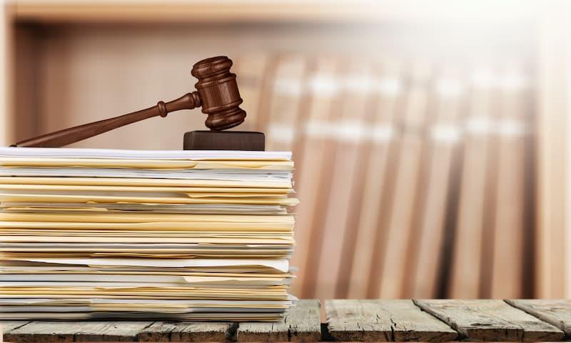 Ein Richterhammer auf Unterlagen, Symbolbild für das Gebäudeenergiegesetz