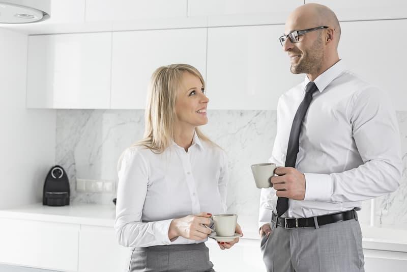 Ein Vermieter mit seiner Mieterin in der Küche, er nimmt das Besichtigungsrecht wahr