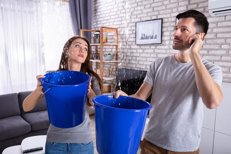 Ein Paar hat einen Wasserschaden in der Mietwohnung