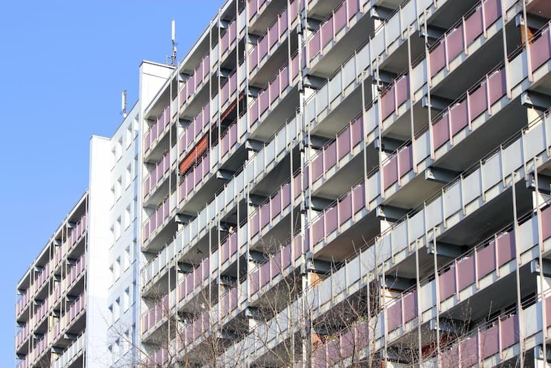Ein Wohngebäude, welches unter die Mietpreisbremse fällt