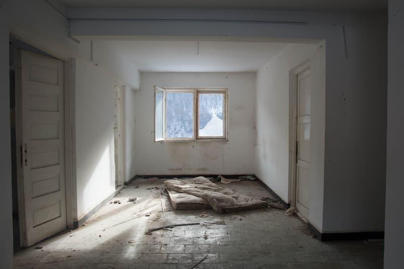 Eine leere Wohnung mit Matratze nach einem Betrug durch Mietnomaden