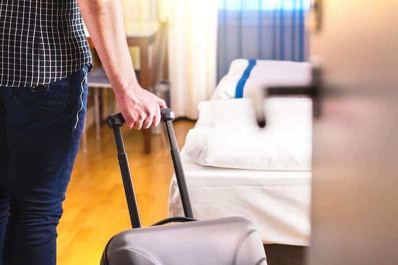 Ein Tourist geht in eine Wohnung, das ist seit dem Zweckentfremdungsverbot gegebenenfalls illegal