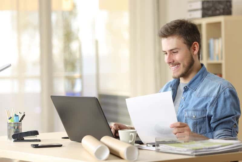mann sitzt am laptop und nutzt finanzierungsrechner