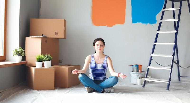 Frau hat Sonderurlaub für den Umzug und sitzt nach der Renovierung entspannt in ihrer Wohnung