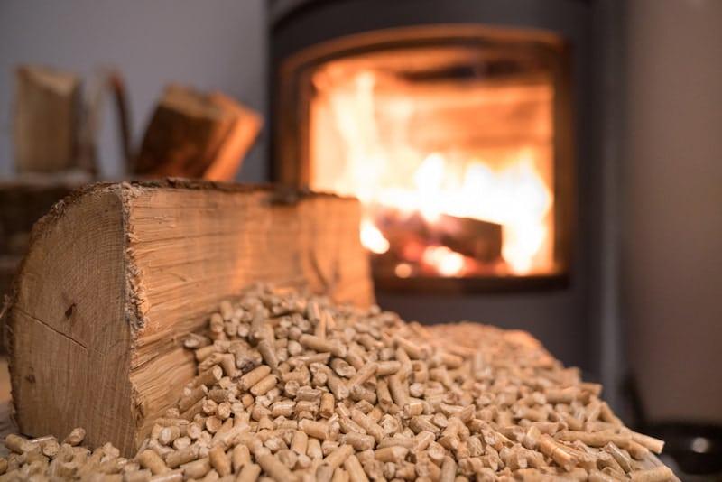 Pelletheizung und Pelletofen sorgen für wohlige Wärme und sind umweltfreundllich