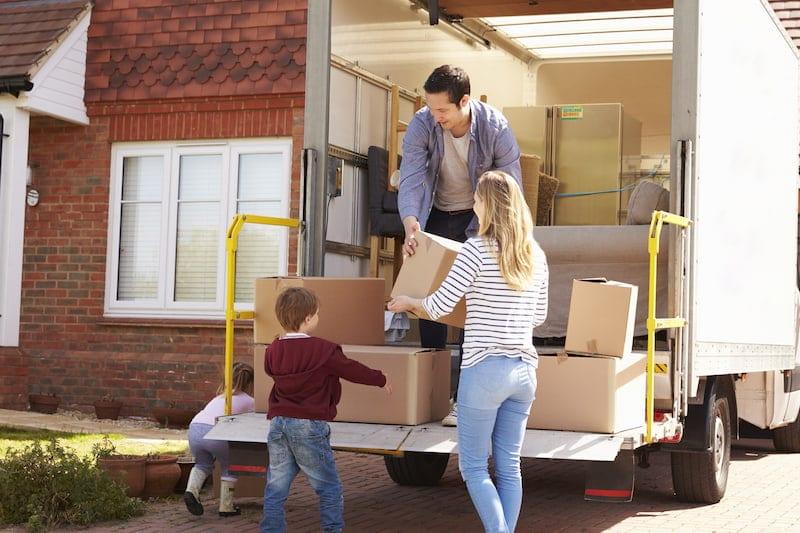 Familie lädt Kartons aus LKW und spart Umzugskosten