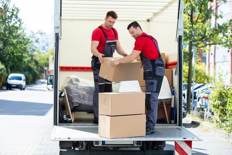 Möbelpacker helfen bei Umzug, bei dem die Umzugskostenpauschale gewährt wird